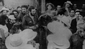 Fidel junto a un grupo de campesinos en la Sierra Maestra. Foto: Archivo