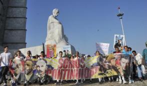 Los pioneros desfilaron ante el monumento a José Martí en la histórica Plaza de la Revolución de La Habana. Foto: Ismael Batista Ramírez