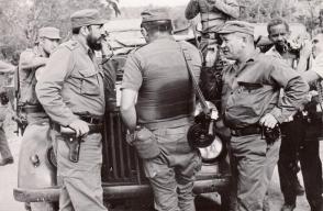 Fidel en Maisí junto a otros combatientes, entre ellos el Comandante de la Revolución, Guillermo García, durante la operación contra los mercenarios. Foto: Archivo de Granma