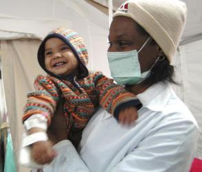 La ayuda médica que Cuba ofrece al mundo, con amor natural se retribuye. Foto: Juvenal Balán
