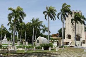 Approfittando della sospensione dovuta alla COVID-19, delle visite al camposanto, è stato deciso d'iniziare un mantenimento speciale di questa linea frontale del cimitero patrimoniale Santa Ifigenia. Photo: Eduardo Palomares