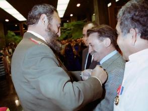 Fidel impone a Benedetti la Orden Félix Varela de Primer Grado, en 1982. Foto: Jorge Oller
