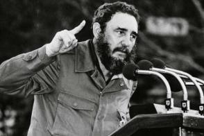 Fidel pronunciando palabras en la tribuna