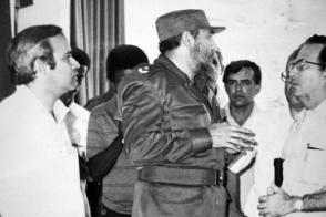 Al inaugurar la Facultad de Ciencias Médicas, Fidel se interesó por el desarrollo de investigaciones científicas en ese centro. Foto: Garal