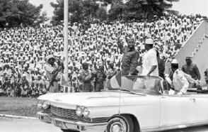 """Fidel Castro durante su visita a Guinea, en el acto en honor a la delegación cubana, en el estadio """"28 de septiembre"""". Lo acompaña Ahmed Sekou Touré, presidente de ese país y Agosthino Neto, presidente del Movimiento para la Liberación de Angola, el 5 de mayo de 1972."""