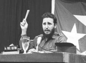 Fidel Castro comparece por CMBF-Televisión Revolución en respuesta al discurso del Presidente de Estados Unidos John F. Kennedy, relacionado con la situación de los misiles soviéticos existentes en territorio cubano, 23 de octubre de 1962.