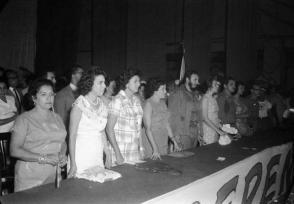 Fidel Castro junto a Vilma Espín y Gilberto Cervantes, presidente de la Cruz Roja Cubana, en el acto de fundación de la Federación de Mujeres Cubanas (FMC) en el teatro Lázaro Peña en La Habana, 23 de agosto de 1960. Foto: Tirso Martínez