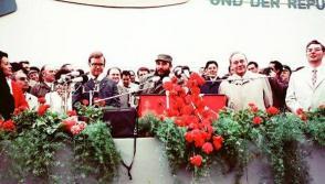 """El Comandante en Jefe Fidel Castro durante un acto popular en la Plaza """"Ernest Thaelman"""", Rostock, durante su visita oficial a la República Democrática de Alemania (RDA), 17 de junio de 1972. Foto: Estudios Revolución"""