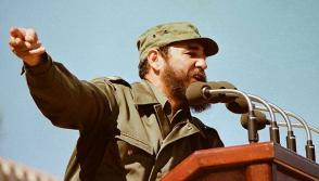 """Fidel en 1976, durante el discurso en el acto de masas en honor al General Omar Torrijos, Jefe de Gobierno de la República de Panamá, efectuado en la Ciudad Escolar """"26 de Julio"""", en Santiago de Cuba."""