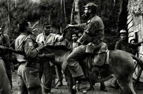 Fidel Castro En uno de sus recorridos habituales por el territorio montañoso de la Sierra Maestra en 1957