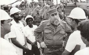 Fidel Castro junto a trabajadores cubanos