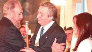 Fidel saluda a Nestor Kirchner en el Palacio San Martín, 25 de mayo de 2003. Foto: Télam.