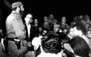 Fidel Castro reunido con pobladores de La Yaya, el sábado 19 de febrero de 1972. Una década después Villa Clara produjo 49 500 000 litros de leche, y La Vitrina estuvo entre las entidades cumplidoras.