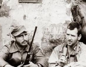 En plena Sierra Maestra, Fidel le concede una entrevista a Bob Taber, reportero de la CBS News.