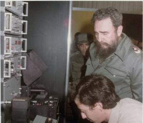 En 1981, momento en que se le explica al Comandante en Jefe Fidel Castro en que consistía la tecnología SUMA y sus posibilidades, como parte de una exposición de resultados avanzados de las investigaciones en las Ciencias Médicas. Foto: Cortesía del entrevistado.