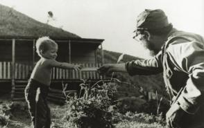 Fidel le ofrece una barra de chocolate a hijo de campesinos en la Sierra Maestra, 1958. Fuente: Oficina de Asuntos Históricos