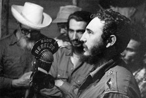 Desde La Plata, en la Sierra Maestra, Fidel le comunica al pueblo la firma de la Ley de Reforma Agraria, el 17 de mayo de 1959 a través de Radio Rebelde. Foto Sitio Fidel Soldado de las Ideas.