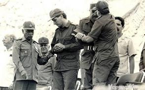 Comandante en Jefe Fidel Castro y el General de Ejército Raúl Castro se abrazan durante el acto por el Día del Miliciano, el 16 de abril de 1997, en la Plaza de la Revolución Ernesto Che Guevara, junto a ellos el actual presidente de Cuba, Miguel Díaz-Canel Bermúdez.