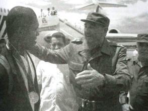Fidel Castro junto a deportista en el aeropuerto
