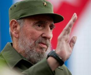 Fidel Castro saluda al pueblo cubano en uno de los actos convocados por la Revolución Cubana