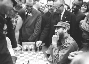 El líder de la Revolución, Fidel Castro Ruz, en su partida con el mexicano Filiberto Terrazas.