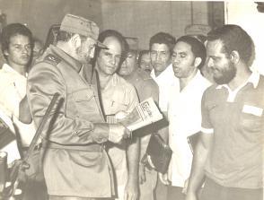 El Comandante en Jefe mira un ejemplar de La Demajagua; en frente, periodistas y trabajadores gráficos