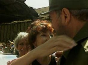Fidel en el central Antonio Guiteras de Las Tunas, en 1996, junto a Mayra Leyva. foto: cortesía de Mayra Leyva santiesteban