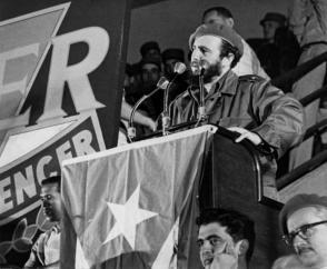 Fidel en la clausura de la Primera Plenaria Nacional del Inder.i Al pie de la tribuna, José Llanusa, entonces titular del organismo deportivo. Foto: Liborio Noval