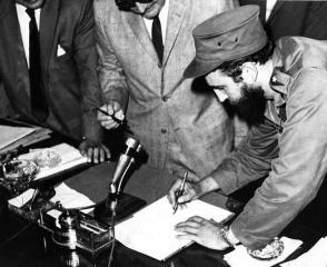 Fidel firma el acta de la toma de posesión del cargo de Primer Ministro.