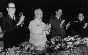 En el encuentro de Ho Chi Minh con Raúl en octubre de 1966, el Tío Ho le expresó su agradecimiento por la ayuda de Cuba y de Fidel, y le comentó que «entre Cuba y Vietnam hay tanta distancia que cuando uno duerme el otro está despierto (…), hay que decir que el Sol nunca se pone para la bandera de la Revolución». Foto: Archivo de Granma