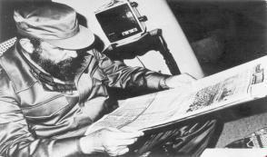 Fidel Castro leyendo el periódico Juventud Rebelde.Tomado de Sitio Fidel Soldado de las Ideas