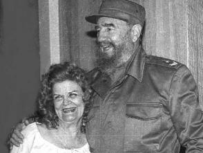 Fidel Castro junto a Carilda Oliver Labra