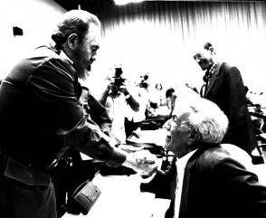 Fidel con Jesús Orta Ruiz, el Indio Naborí, en el VI Congreso de la UNEAC