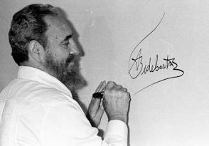 Fidel Castro firma el mural autografiado por los mandatarios participantes en la Cumbre Iberoamericana celebrada en Cartagena de Indias, Colombia, 16 de junio de 1994. Foto: Liborio Noval / Sitio Fidel Soldado de las Ideas
