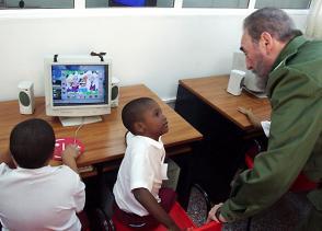 Fidel Castro junto a pionero en un joven club de computación y electrónica
