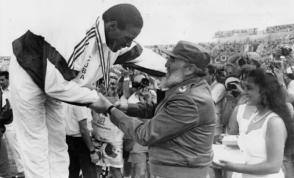 Fidel poniéndole la medalla de oro a Javier Sotomayor en los Juegos Panamericanos, La Habana 1991