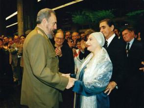 Alicia recibió de manos del Comandante en Jefe Fidel Castro la orden José Martí. Foto: Archivo