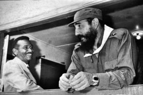 El Comandante de la Revolución Juan Almeida Bosque junto al Comandante en Jefe Fidel Castro Ruz. Foto: Archivo de Granma