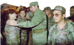 Der Comandante en Jefe kannte jedes Detail des Geländes und der Kämpfer, mit denen er Erfahrungen austauschte, wie mit diesen beiden jungen Frauen. An seiner Seite der jetzige FAR-Minister, Armeekorpsgeneral Leopoldo Cintra Frías Photo: Granma-Archiv
