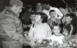 Fidel Castro recibe a niños soviéticos de Chernóbil el 29 de marzo de 1990. Foto: Liborio Noval
