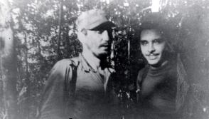 Fidel junto a Frank País, durante la primera reunión de la Dirección Nacional del Movimiento 26 de Julio, en la Finca de Epifanio Díaz campesino colaborador del Ejército Rebelde, 17 de febrero de 1957. Foto: Oficina de Asuntos Históricos del Consejo de Estado
