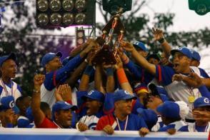 Los granmenses levanta el trofeo de Campeones Nacionales de Béisbol en la Serie 56