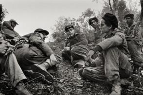 Fidel y el Che junto a otros guerrilleros de la Sierra.