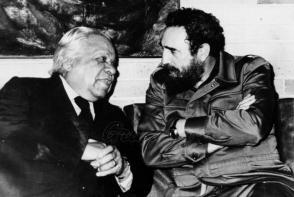 Fidel y Guillén, quien en su verso y en su prosa abrazó las más nobles causas. Foto: Archivo de Granma