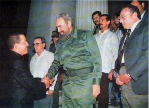 Fidel recibe a Hugo Chávez en la Universidad de La Habana, el 14 de diciembre de 1994. Foto: Estudios Revolución / Sitio Fidel Soldado de las Ideas