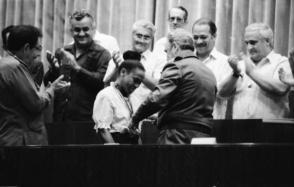 Al regreso de la delegación, Fidel, en presencia de Raúl, reconoce a la corredora Ana Fidelia Quirot. Foto: Ricardo López Sánchez
