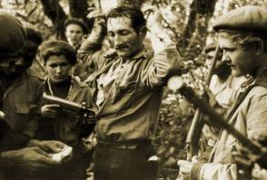 Marzo de 1961. Jóvenes milicianos capturan a un alzado durante las operaciones de la Lucha Contra Bandidos, también conocida como Limpia del Escambray. /Foto: Archivo de Granma