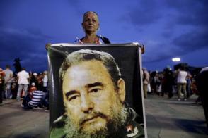 Mujer con gran afiche de Fidel en la Plaza Antonio Maceo, 3 de diciembre de 2016