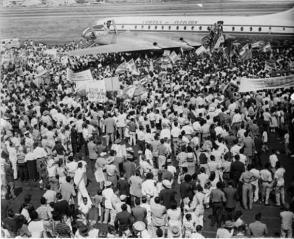 Un multitudinario recibimiento aguardó a Fidel a su llegada al Aeropuerto de Maiquetía,