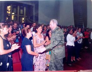Liudmila le pide a Fidel que firme su foto de recuerdo.